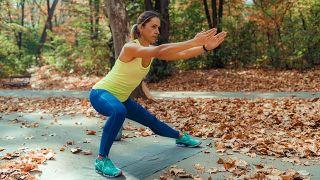 5 ejercicios para glúteos y piernas para hacer en casa (y decirle adiós al 'culo carpeta') - Zancada lateral
