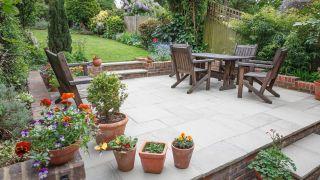 Decorar un jardín grande por poco dinero