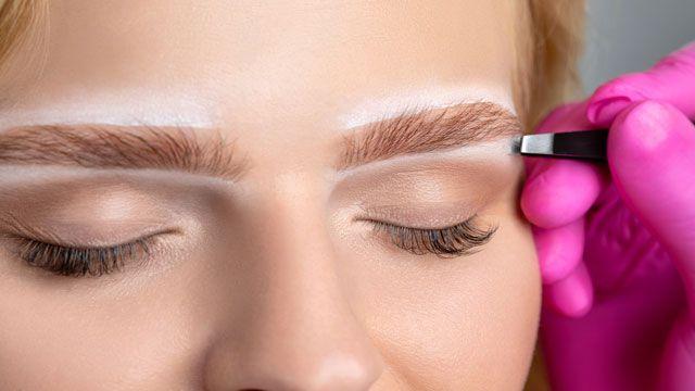 Cómo depilar las cejas en casa, paso a paso