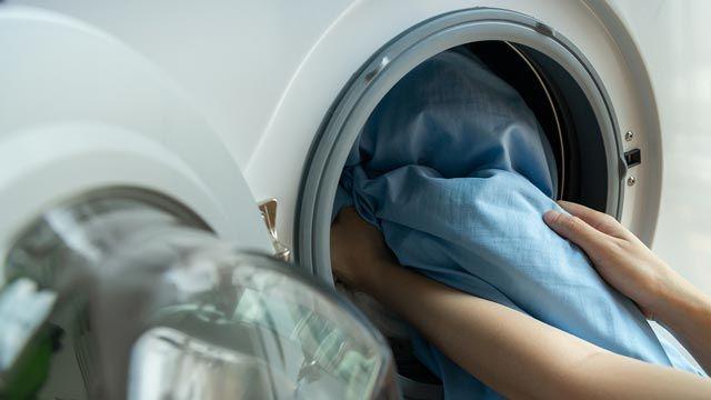 Cómo limpiar un sofá de tela o piel con productos que tienes en casa