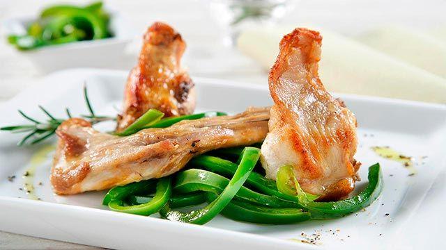 Conejo frito con pimientos verdes
