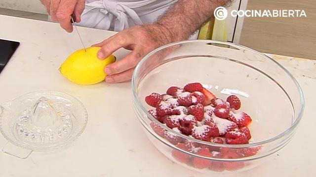 Crumble de frutos rojos (fresas y frambuesas), la receta más fácil de Karlos Arguiñano - paso 1
