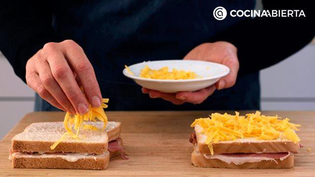 Paso 3 de la receta de Croque de jamón, bechamel y queso fundido