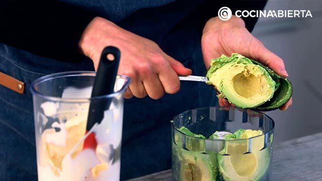 Paso 2 de la receta de Ensalada de pollo con mayonesa de aguacate