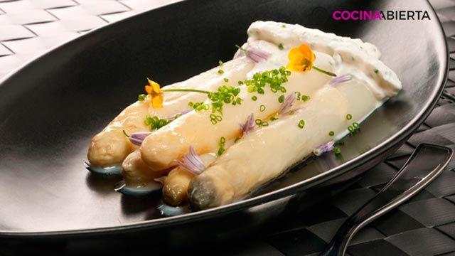 receta de espárragos frescos con crema de ajo y cebollino