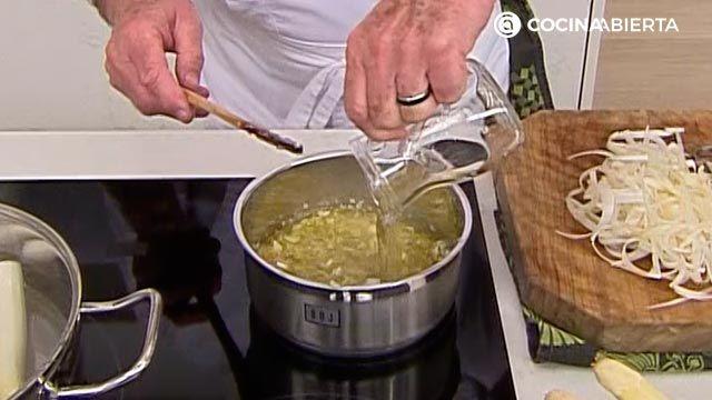 Espárragos blancos con sabayón de txakoli por Karlos Arguiñano - paso 2