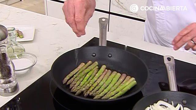 Espárragos verdes con jamón y queso, un aperitivo fácil y rápido por Karlos Arguiñano - paso 2