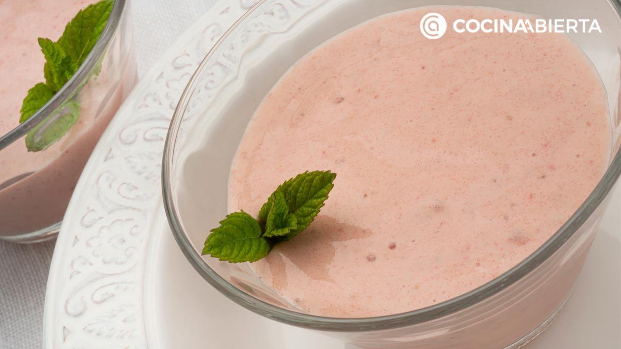 Helado casero de fresas y plátano congelado con yogur