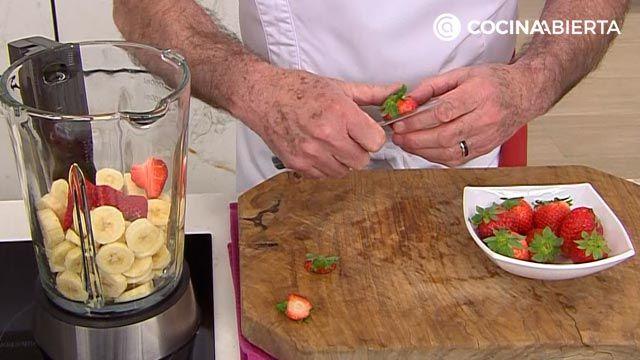 Helado casero de fresas y plátano congelado con yogur (sin heladera), un postre fácil y saludable de Karlos Arguiñano - paso 2