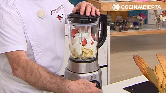 Helado casero de fresas y plátano congelado con yogur (sin heladera), un postre fácil y saludable de Karlos Arguiñano - paso 3