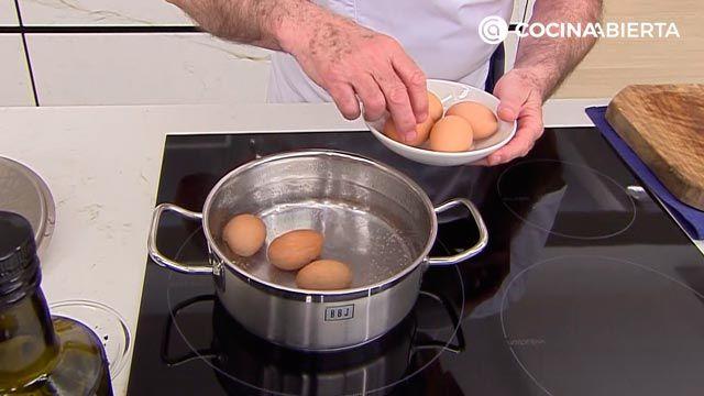 Huevos rellenos de jamón (con bechamel) por Karlos Arguiñano - paso 1