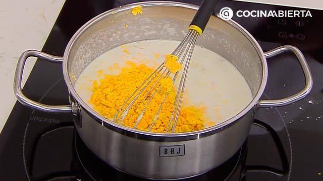 Huevos rellenos de jamón (con bechamel) por Karlos Arguiñano - paso 3