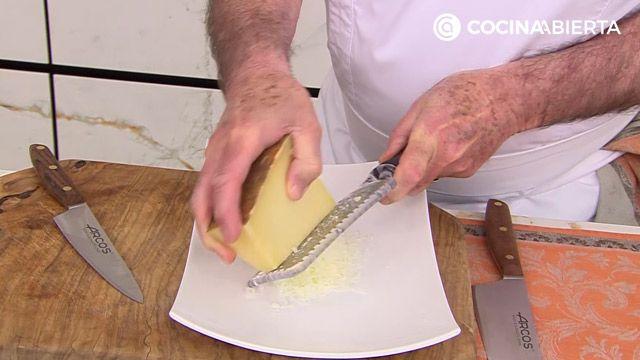 Huevos con bechamel de queso y espinacas