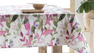 Manteles antimanchas de estampado floral para darle un toque acogedor a tu mesa