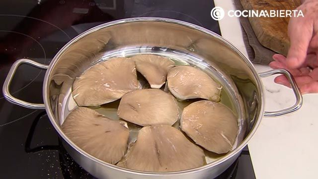 Palitos de merluza caseros (con setas) por Karlos Arguiñano - paso 3