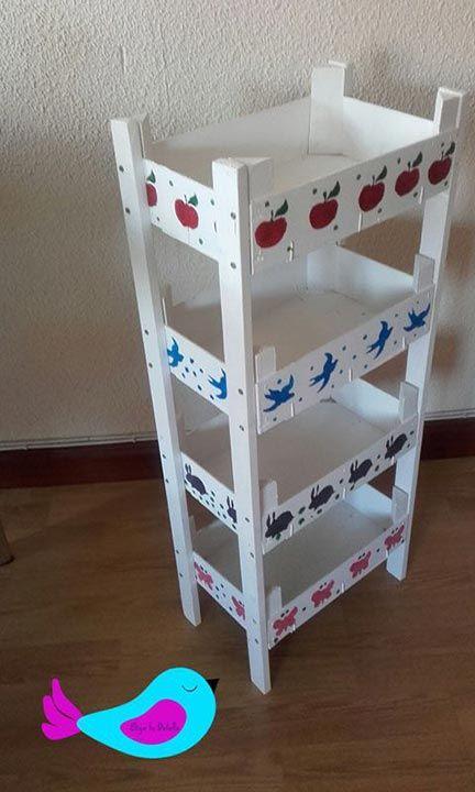Estantería con cajas de fresas