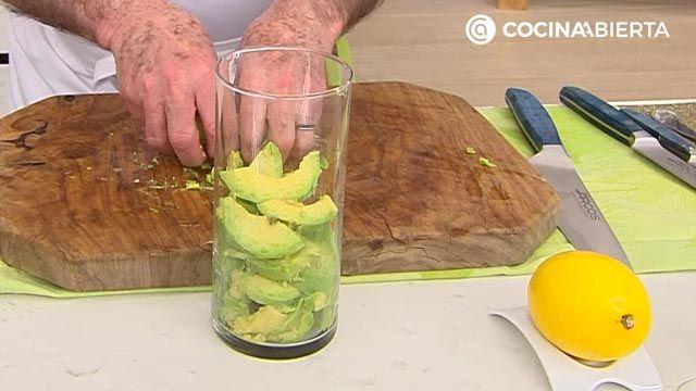 Salmón a la plancha con crema de aguacate y rúcula por Karlos Arguiñano - paso 1