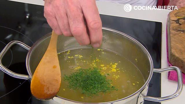 Sopa de ave con patata, receta fácil y rápida por Karlos Arguiñano - paso 3