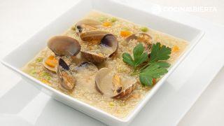Sopa de quinoa con almejas