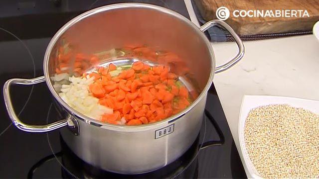 Sopa de quinoa con almejas por Karlos Arguiñano, una receta fácil y nutritiva con sabor a mar - paso 1