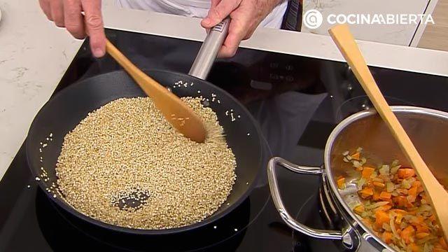 Sopa de quinoa con almejas por Karlos Arguiñano, una receta fácil y nutritiva con sabor a mar - paso 2