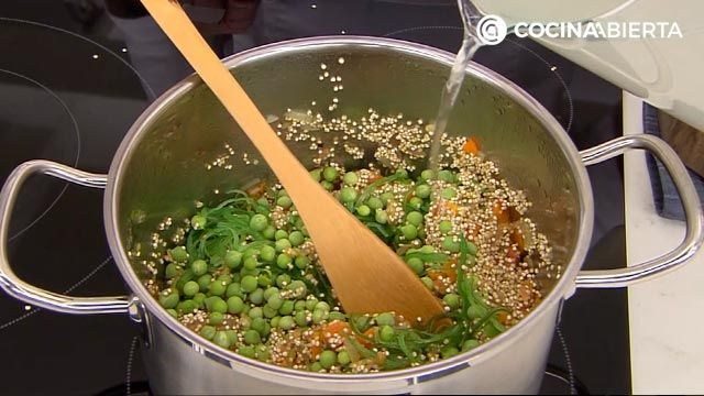 Sopa de quinoa con almejas por Karlos Arguiñano, una receta fácil y nutritiva con sabor a mar - paso 3