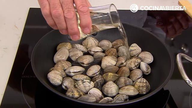 Sopa de quinoa con almejas por Karlos Arguiñano, una receta fácil y nutritiva con sabor a mar - paso 4