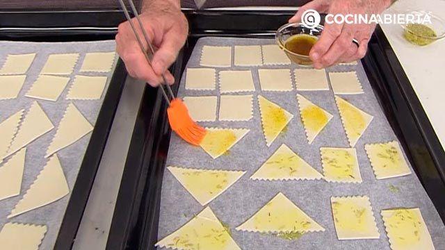 Aperitivo especiado crujiente de pasta al horno, una receta fácil y económica de Karlos Arguiñano - paso 3