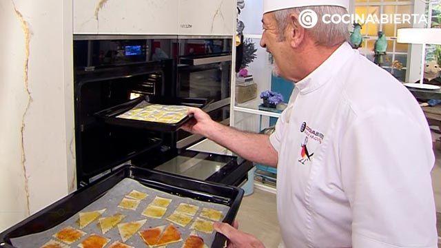 Aperitivo especiado crujiente de pasta al horno, una receta fácil y económica de Karlos Arguiñano - paso 4