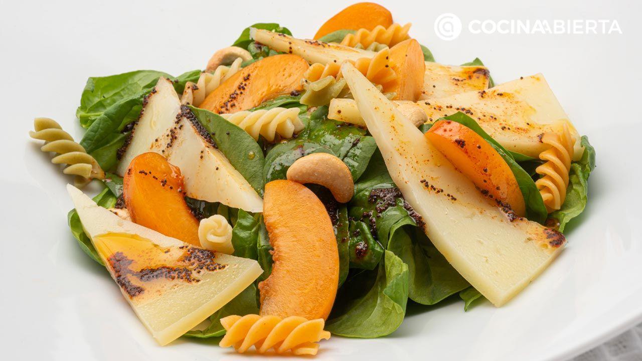 Ensalada de espinacas frescas, queso y albaricoques