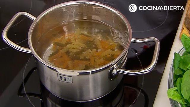 Ensalada de espinacas frescas, queso y albaricoques: la receta original y el aliño especial de Karlos Arguiñano - paso 1