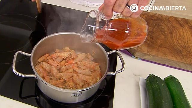 Espaguetis de calabacin con langostinos, receta fácil por Karlos Arguiñano - paso 2