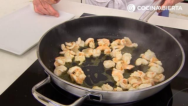 Espaguetis de calabacin con langostinos, receta fácil por Karlos Arguiñano - paso 4