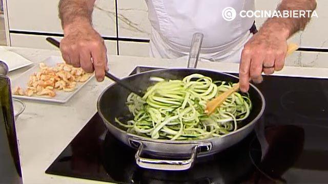 Cómo hacer espaguetis de calabacin con langostinos, por karlos Arguiñano - paso 5