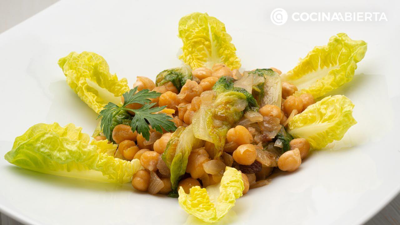 Garbanzos con cogollos y pasas por Karlos Arguiñano: ¡un plato de legumbres a la siciliana!