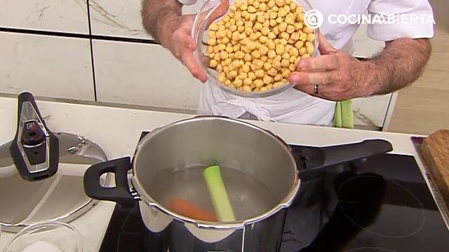 Garbanzos con cogollos y pasas por Karlos Arguiñano: ¡una receta al estilo siciliano! - paso 1