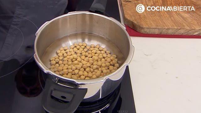 Hummus de boniato con crudités de zanahoria por Karlos Arguiñano, una original versión de la tradicional crema de garbanzos (receta de Cocinatis) - paso 1