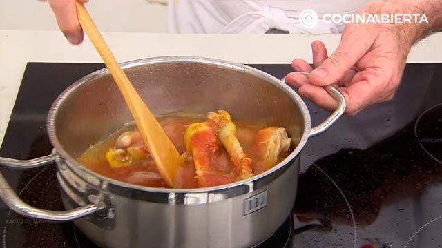 Muslos de pollo rellenos de jamón y pimientos (con ensalada de rúcula): la receta al horno más jugosa de Karlos Arguiñano - paso 1
