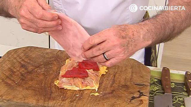 Muslos de pollo rellenos de jamón y pimientos (con ensalada de rúcula): la receta al horno más jugosa de Karlos Arguiñano - paso 2