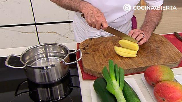 Sopa fría de calabacín y mango por Karlos Arguiñano: una receta fácil y refrescante perfecta para verano - paso 1