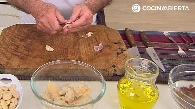 Ajo blanco con sardina ahumada por Karlos Arguiñano, la sopa fría de almendras típica de Andalucía y Extremadura - paso 1