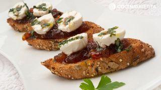 Bocados de queso con mermelada de tomate casera