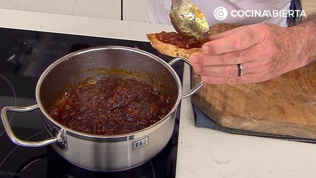 Bocados de queso con mermelada de tomate casera, un aperitivo fácil y delicioso de Karlos Arguiñano - paso 3