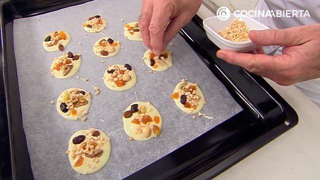 Botones de chocolate blanco (con frutos secos y frutas deshidratadas): ¡un postre muy fácil sin horno de Karlos Arguiñano! - paso 3