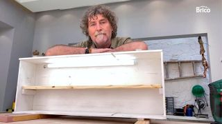 Cómo hacer una estantería con una caja de madera