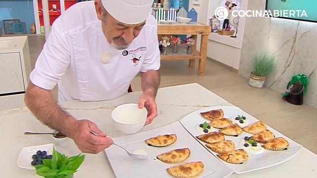 Empanadillas de frutas (rellenas de arándanos): ¡un postre al horno fácil y rápido de Karlos Arguiñano! - paso 4