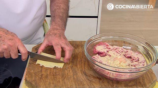 Filetes rusos con queso (con setas y salsa de tomate), la receta original de Karlos Arguiñano - paso 1