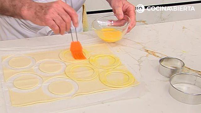 Huevos en hojaldre con crema de champiñones por Karlos Arguiñano: ¡cómo hacer volovanes rellenos al horno! - paso 1