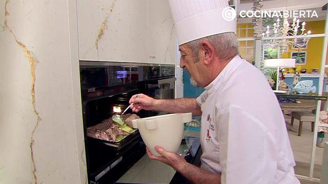 Cabrito asado al horno con patatas y ensalada