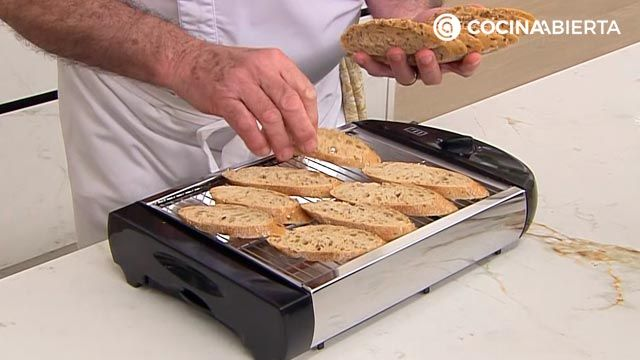 Pintxo de anchoa y rúcula con crema de zanahoria: ¡un aperitivo fácil y rápido de Karlos Arguiñano! - paso 2